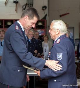 Ortsbrandmeister S. Wrede-Lissow gratuliert W. Beecken